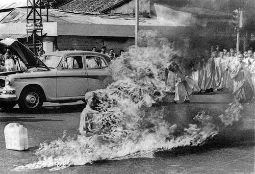 tibetano ateando fogo em si